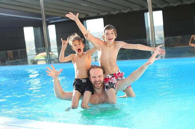 Rodinka v bazénu