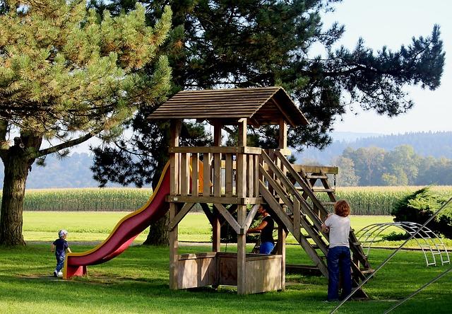 dětské hřiště s domečkem
